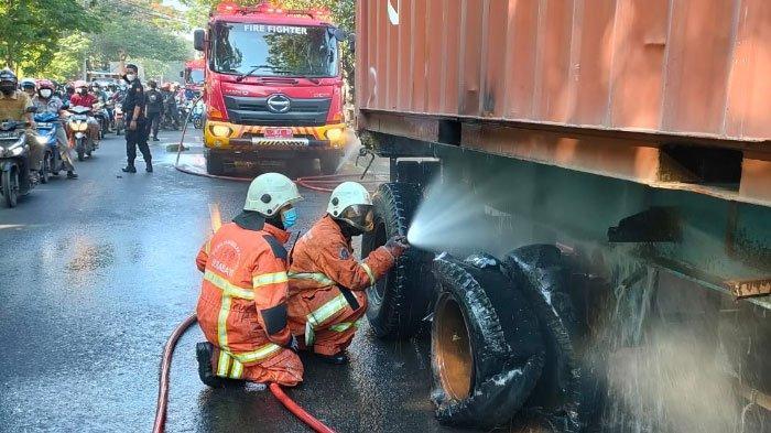 Truk Trailer Muatan Kayu Balok di Surabaya ini Nyaris Terbakar, Ban Meletus Picu Percikan Api