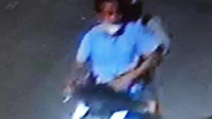Kunci Gembok Pagar Dirusak, 2 Bandit Terekam CCTV Gondol Motor di Area Parkir Warkop Jambangan