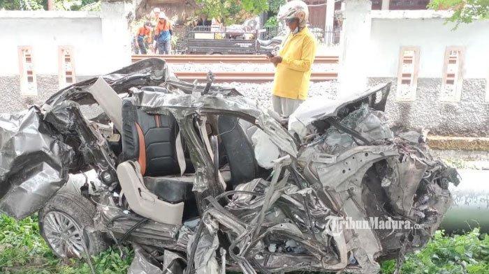 BREAKING NEWS - Mobil Ditabrak Kereta Api di Perlintasan KA Tanpa Palang Pintu di Lamongan