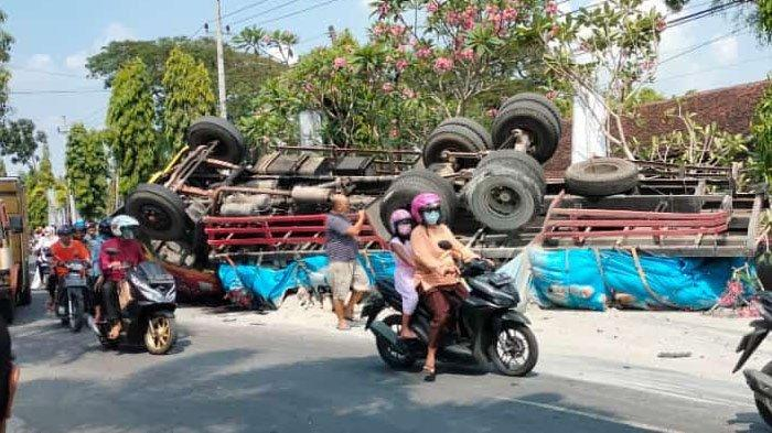 Kecelakaan Karambol di Jalan Babat-Jombang: 3 Mobil, 2 Motor dan 1 Truk Bermuatan Semen Terguling