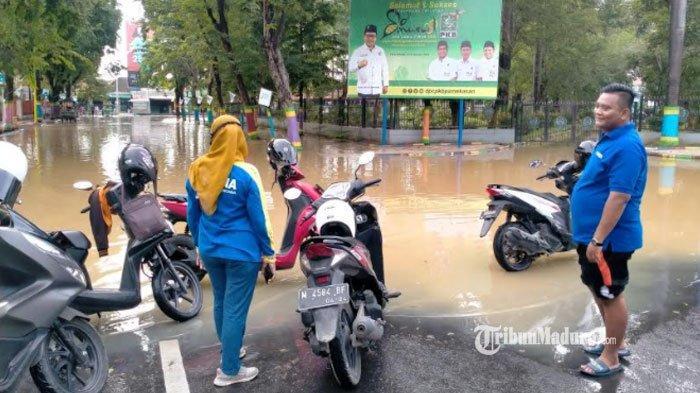 Arek Lancor Pamekasan Banjir, Arus Lalu Lintas dari Arah Jalan Trunojoyo ke Jalan Masegit Dialihkan