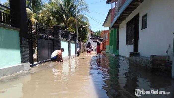 Air Sungai Kemuning Sampang Meluap, Banjir Kiriman dari Dua Kecamatan di Wilayah Utara