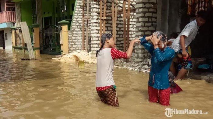 banjir di Jalan Pemuda Kelurahan Rong Tengah Kecamatan/Kabupaten Sampang, Madura, Kamis (10/12/2020).