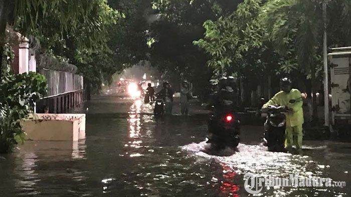 Kepungan Banjir di Surabaya Buat Sejumlah Motor Mogok, Pengendara: Kagetsampai Begini Keadaannya
