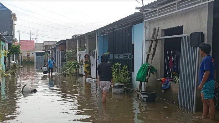 Masuk Hari Ke-2, Banjir di Perumahan Kwadungan Belum Surut, Pemkab Kediri Diminta Turunkan Pompa Air