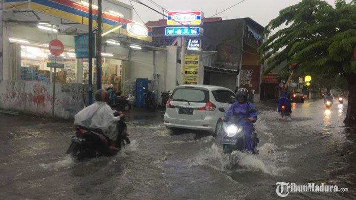 BREAKING NEWS - Hujan Lebat Guyur Kota Surabaya, Sejumlah Jalan dan Rumah Warga Kebanjiran