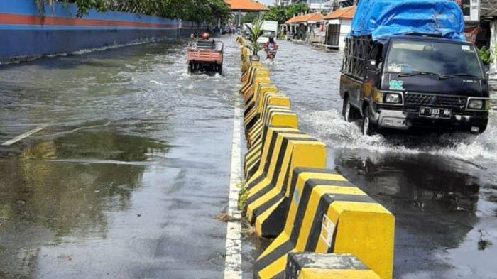 Banjir Rob Dampak Gerhana Kembali Rendam Jalan Kalimas Surabaya, Sejumlah Motor Mogok Saat Melintas