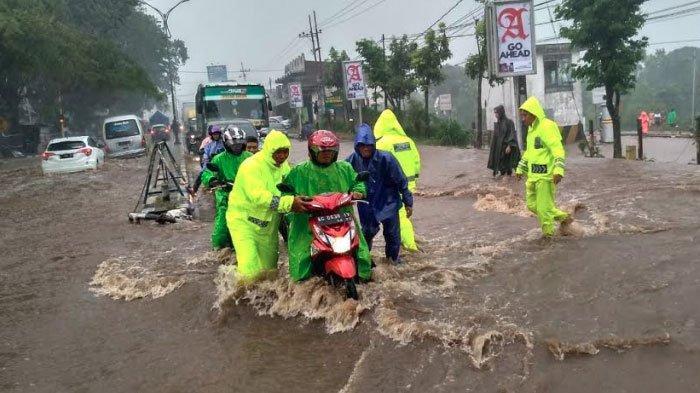 Hujan Deras Guyur Malang, Jalan ThamrinLawang Banjir Setinggi Lutut Orang Dewasa