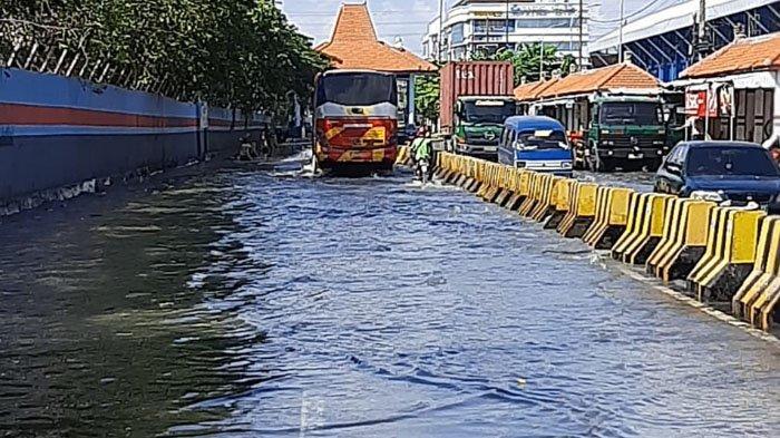 Pasca Fenomena Gerhana Bulan Total, Jalanan di Pesisir Surabaya Dilanda Banjir Rob