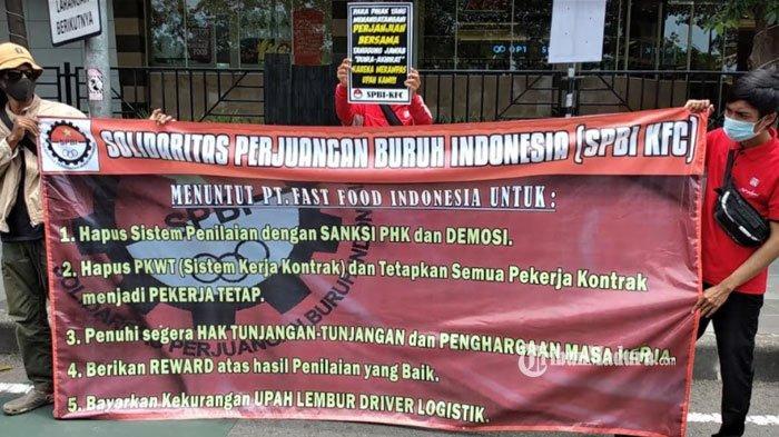 BREAKING NEWS - Belasan Pegawai KFC Gelar Aksi Damai di Surabaya, Sampaikan Beberapa Tuntutan