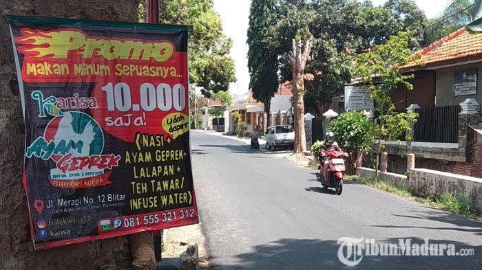 Ganggu Keindahan Kota, Reklame Liar Banyak Terpasang di Pohon dan Tiang Listrik Jalanan Kota Blitar
