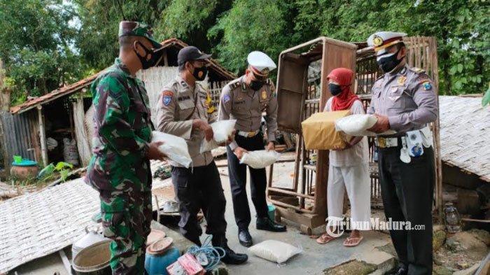 Rumah Roboh Diterpa Hujan Deras dan Angin Kencang,Nenek di Pamekasan Dapat Bantuan Paket Sembako