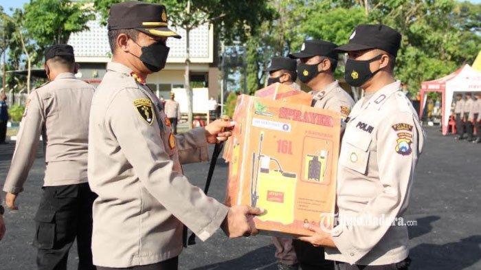 Polres Sampang Serahkan Bantuan Perlengkapan Kampung Tangguh Semeru, Cegah Penyebaran Covid-19