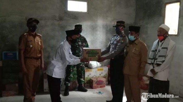 Kapolsek Pegantenan Pamekasan Salurkan Bantuan Sembako ke Posko Kampung Tangguh di Bulangan Haji