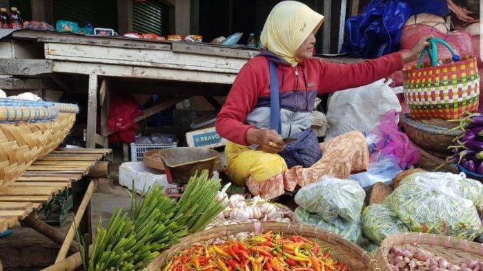 Pasar Anom Baru Sumenep Tetap Ramai, Banyak Pedagang dan Pembeli Berkerumun hingga Tak Pakai Masker