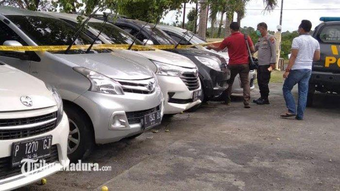 Barang bukti mobil penipuan dan penggelapan yang diparkir di halaman Mapolsek Semboro , Jember