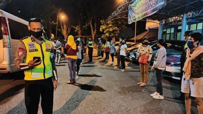 Langgar Aturan PSBB Surabaya,PJR Ditlantas Polda Jatim Hentikan Paksa Minibus Elf Berisi 18 TKI