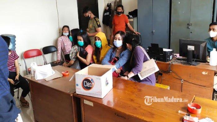 Dari Luar Tampak Ditutup, Kafe di Lamongan ini Berisi Belasan Gadis Pemandu Lagu Meski Bulan Puasa