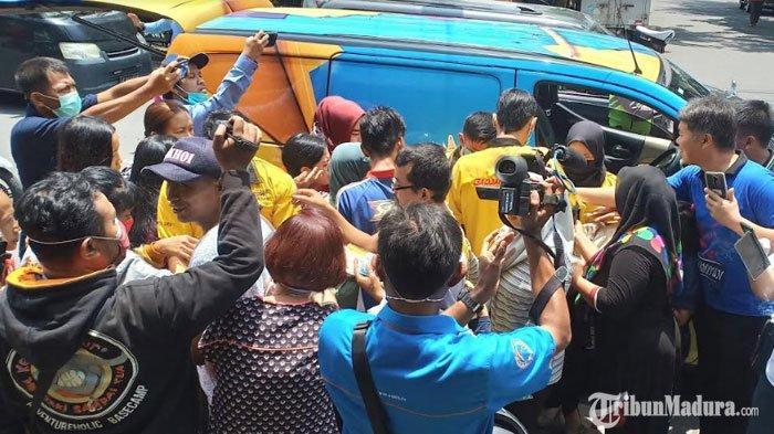 Relawan Mandiri Jaya Bagikan Alat Kesehatan di Sejumlah Pasar, Warga Madiun Berebut Masker Gratis