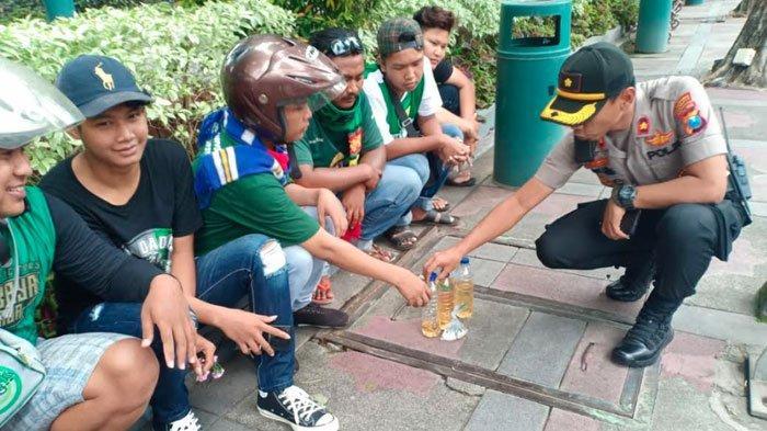Bonek Ketahuan Bawa Sejumlah Miras ke Lokasi FinalPiala Gubernur Jatim Persebaya Vs Persija Jakarta