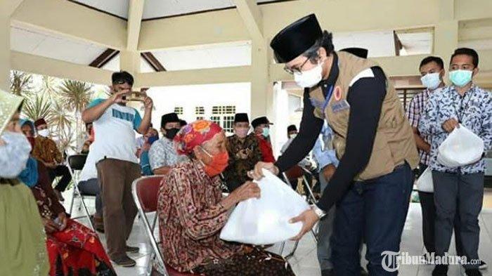 Bupati Bangkalan RK Abd Latif Amin ImronBerikanRibuan Paket Sembako untuk Warga Terdampak Covid-19