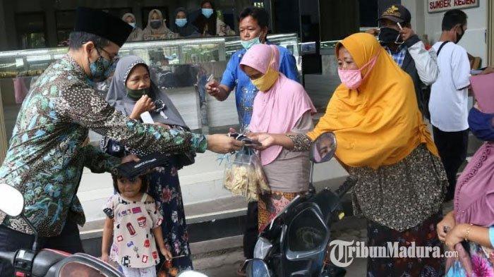 Ibu-ibu di Pasar Pecinan Kabupaten Bangkalan Berebut Masker dari Bupati RK Abdul Latif Amin Imron