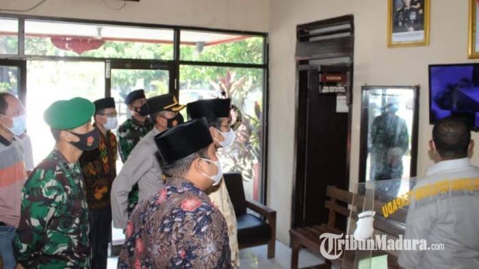 Cek Kesiapan Kotak Suara Pilkades Serentak di Mapolsek, Ketua DPRD Bangkalan: Jangan Salah Pilih