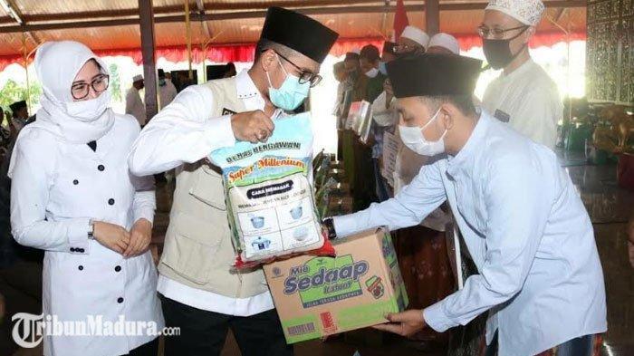 Pemkab Bangkalan Salurkan 46.537 Bantuan Paket Sembako, Bupati Bangkalan Ajak Warga Akhiri Covid-19