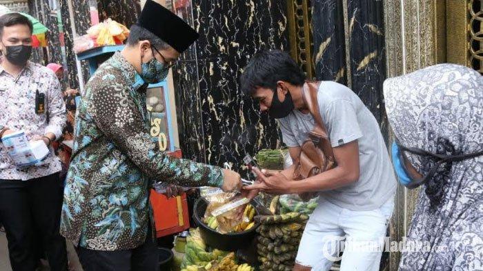 Bupati Bangkalan RK Abdul Latif Amin Imron bersama Forkopimda blusukan membagikan masker ke para pengunjung dan pedagang di Pasar Pecinan, Kamis (4/2/2021).