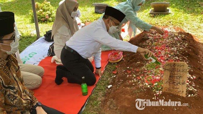Bupati Banyuwangi Ziarah ke Makam Syekh Ali Jaber: Beliau Sosok yang Peduli pada Anak-anak Tunanetra