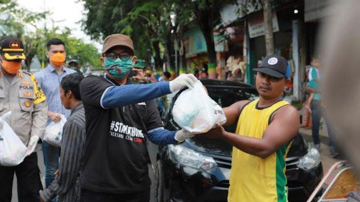 Pemkab Pamekasan Bagikan 2.000 Paket Sembako ke Warga Terdampak Covid-19