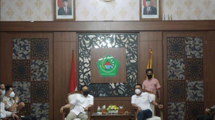 Bupati Pamekasan, Baddrut Tamam (kiri) saat berbincang dengan Helmy Yahya di ruangan Peringgitan Dalam Mandhapa Aghung Ronggosukowati Pamekasan, Madura, Selasa (6/4/2021).