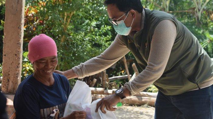 'Nyisir Desa' Naik Motor Roda Tiga, Bupati Pamekasan Bagikan Sembako dan Uang ke Masyarakat Pelosok