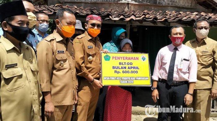 Blusukan ke Rumah Warga, Bupati Pamekasan Serahkan Bantuan Langsung Tunai untuk 306 KK di Dua Desa