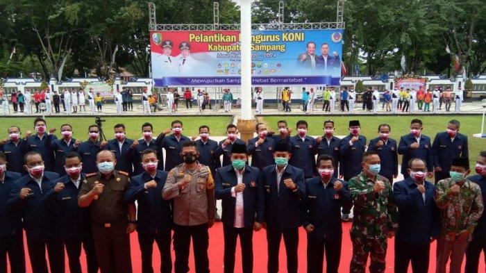 Bupati Sampang, Slamet Junaidi melantik pengurus Komite Olahraga Nasional Indonesia (KONI) Kabupaten Sampang masa bakti 2020-2024.