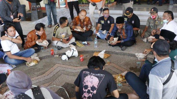 Bupati Sumenep, Achmad Fauzi makan nasi bungkus bersama pendemo di Kantor Pemkab Sumenep, Jumat (12/3/2021).