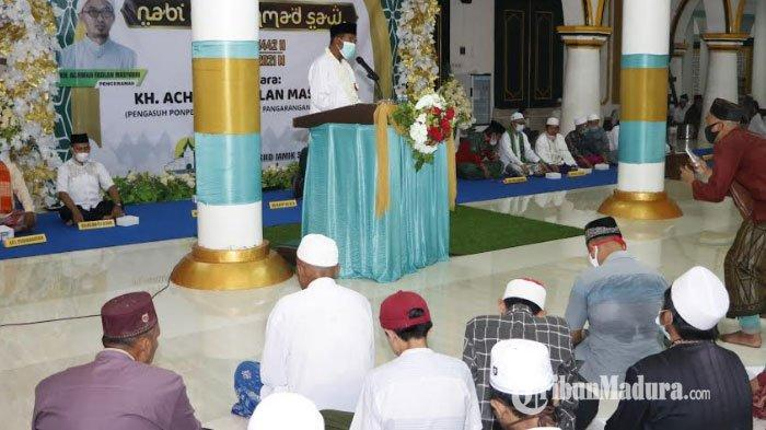 Bupati Sumenep Achmad Fauzi saat memberikan sambutan di Masjid Jamik dalam acara Isra Miraj Nabi Muhammad SAW, Rabu (10/3/2021) malam.
