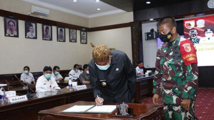 Bupati Sumenep, Achmad Fauzi menandatangani prasasti sekaligus menerima hasil pekerjaan TMMD yang diserahkan oleh Dandim 0827 Sumenep.