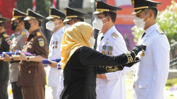 Bupati Tuban Mas Lindra Terima Penghargaan Lencana Jer Basuki Mawa Beya Emas dari Gubernur Jatim
