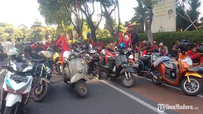 BREAKING NEWS - Ratusan Buruh dari KASBI dan SPBI Gelar Demo di Depan Gedung Grahadi