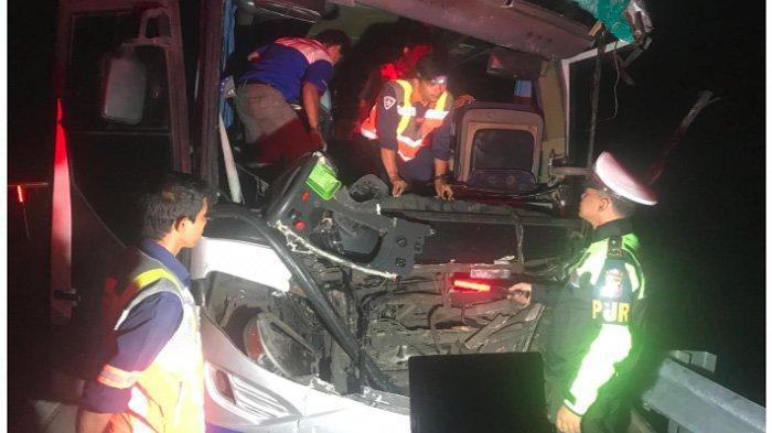 BREAKING NEWS - Angkut 31 Penumpang, Bus Pahala Kencana Ringsek Tabrak Truk di Tol Jombang-Mojokerto