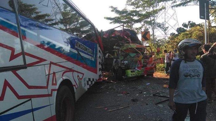 Bus Vs Truk Adu Moncong di Jalan Raya Probolinggo-Jember, Kedua Sopir Langsung Meregang Nyawa