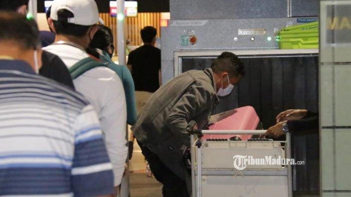 Calon penumpang saat melewati pemeriksaan barang bawaan melalui mesin x-ray di T1 Bandara Juanda,  Kamis (24/6/2021)