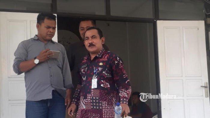 Camat Duduksampeyan Suropadi meninggalkan kantor Kejari Gresik usai dimintai keterangan oleh penyidik, Kamis (16/1/2020).