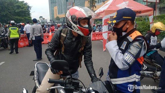 Hari Pertama PSBB Surabaya, PetugasScreening Ketat Pengendara dari Luar Kota di Pintu Masuk