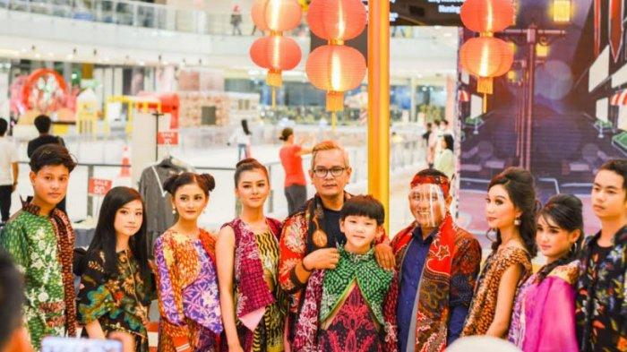 CEO Batik KaDe Mantap Promosikan Batik Pamekasan, Ikuti Parade Show 'Svarga' Duet dengan Nico Talalu