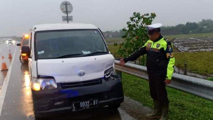 Hujan Deras Turun, Daihatsu Gran Max Hantam Toyota Rush di Tol Surabaya-Mojokerto ( Tol Sumo )