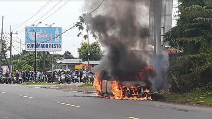 BREAKING NEWS - Mobil Daihatsu Xenia Hangus Terbakar di Pintu Akses Jembatan Suramadu Bangkalan