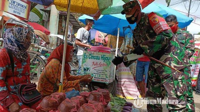 Dandim 0826 Pamekasan, Letkol Inf Tejo Baskoro saat mengedukasi pedagang yang berjualan di Pasar Kolpajung tentang pentingnya penggunaan masker, Selasa (2/2/2021).