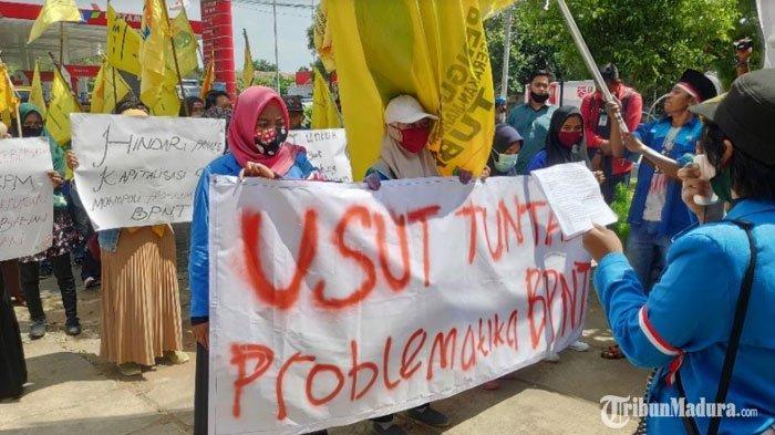 BREAKING NEWS - Puluhan Mahasiswa Gelar Aksi Demo diKantor Dinas Sosial Tuban